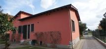 Viareggina a Chiesina Uzzanese (PT). Libera su 4 lati con giardino e garage.